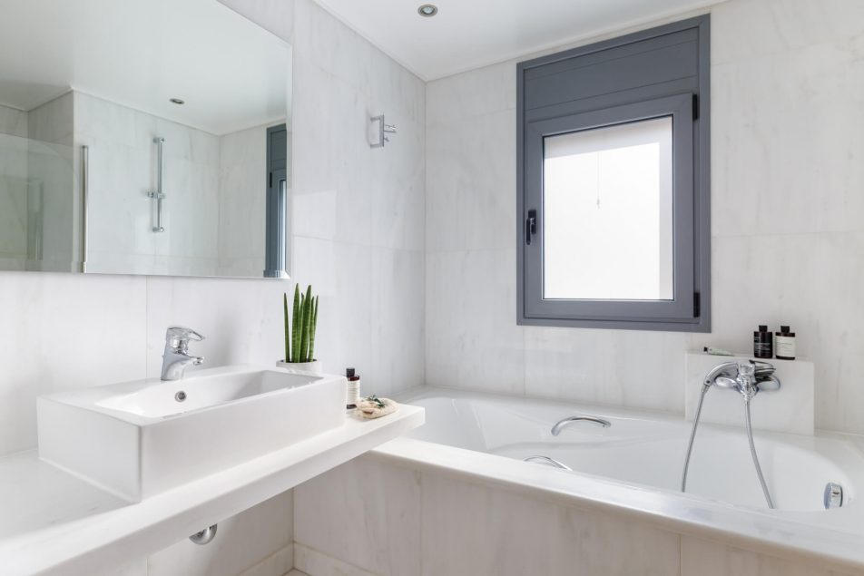 Bedroom 2 en-suite bathroom